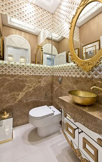 Banheiro elegante com detalhes em dourado