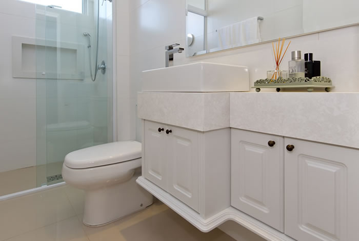 Banheiro elegante todo branco