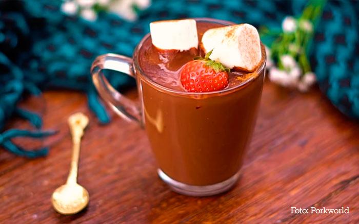 Chocolate quente cremoso com morango e marshmallow