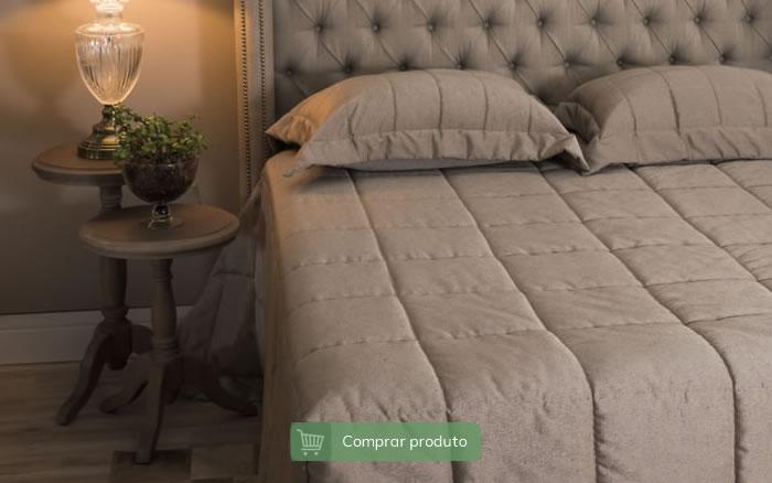 Mesa lateral ao lado de cama