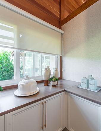 Cozinha clássica branca com tampo amadeirado