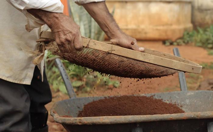 Peneirar o barro para produção de cerâmica